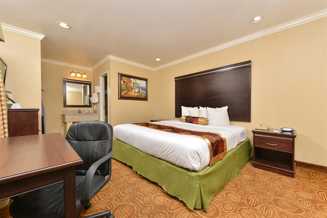 Lodging in downtown San Diego with no smoking king suites